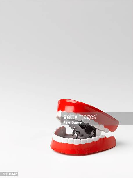 toy chattering teeth, white background - dentadura de brinquedo - fotografias e filmes do acervo