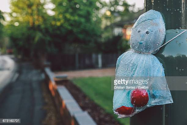 toy covered with plastic bag tied on pole - bortes photos et images de collection