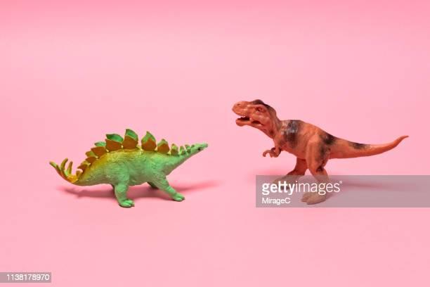 toy dinosaurs - konfrontation stock-fotos und bilder