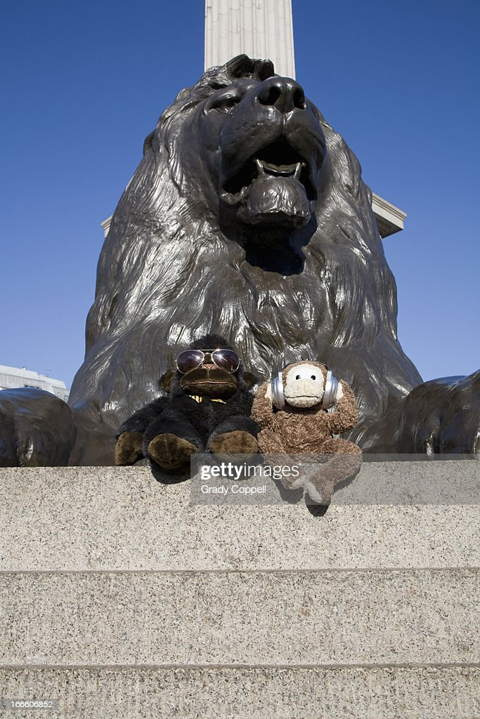 Toy monkey and gorilla in Trafalgar Square, London : Stockfoto