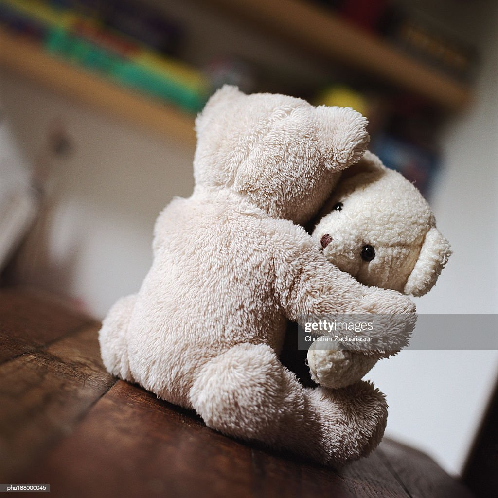 Toy teddy bears hugging on table. : Stockfoto