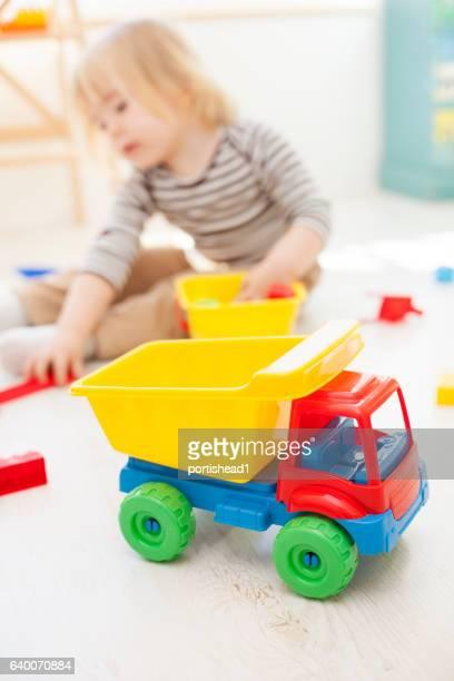 Spielzeug-LKW und kleinen Kind im Hintergrund