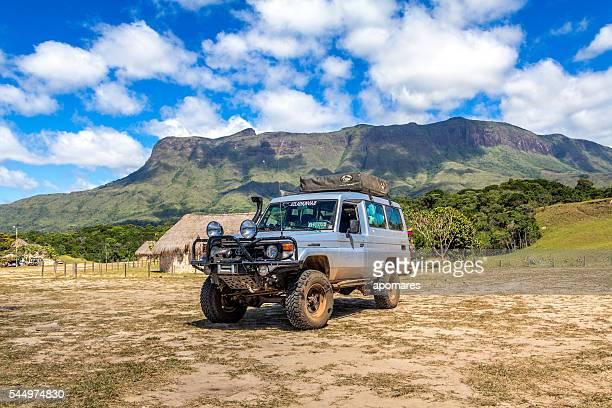 toyota tierra cruiser en campamento matopai la gran sabana venezuela - la gran sabana fotografías e imágenes de stock