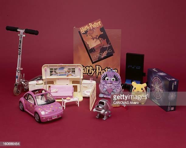 Toys For Christmas 2000 janvier 2001 Présentation des jouets de Noël 2000 en studio une trottinette une voiture rose NewBeetle pour Barbie une maison...