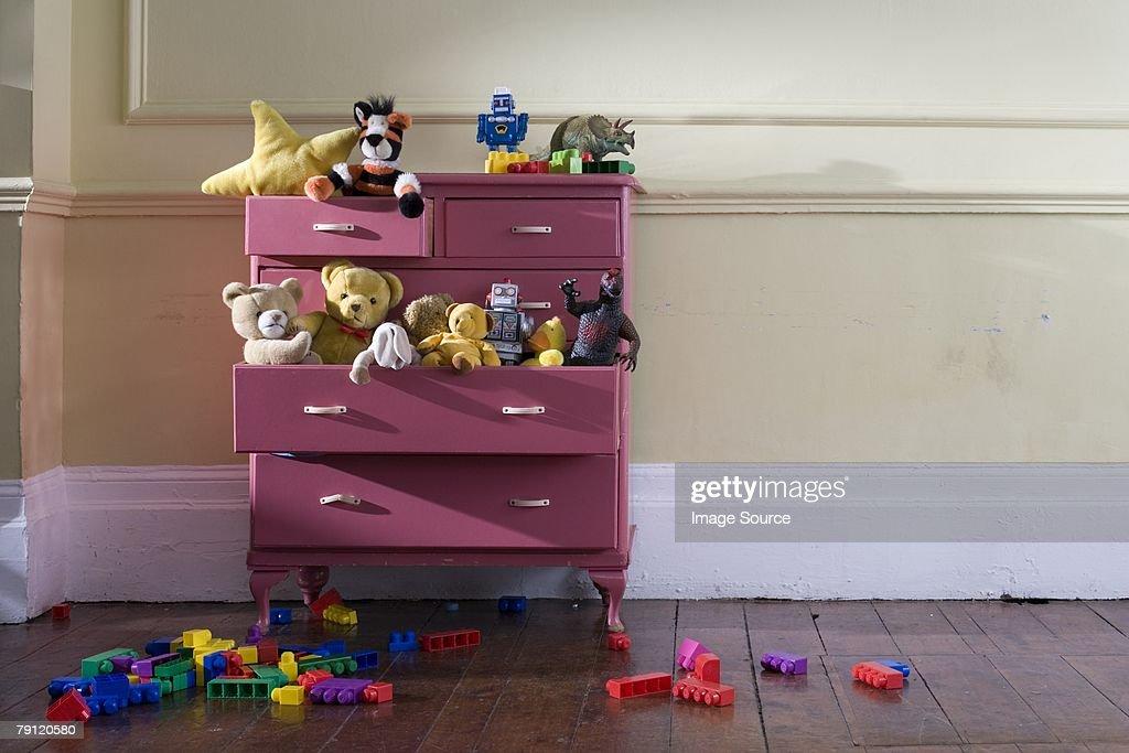 Spielzeug in einer Kommode : Stock-Foto