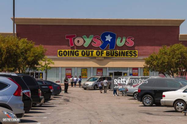 toys r us after filling for bankruptcy - business closing stock photos and pictures