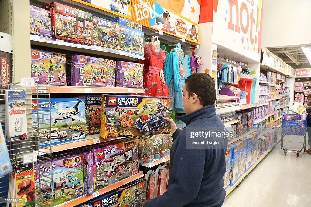 Toysr Us Welcomes Holiday Shoppers News Photo