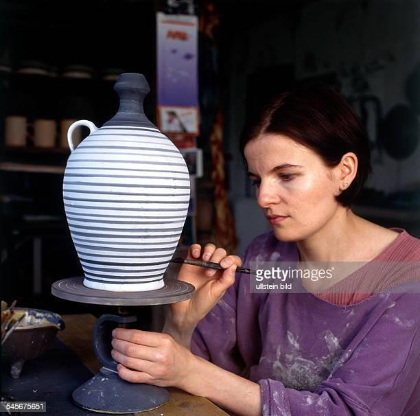 Töpferin beim Bemalen einer Vase- 1998 Töpferei