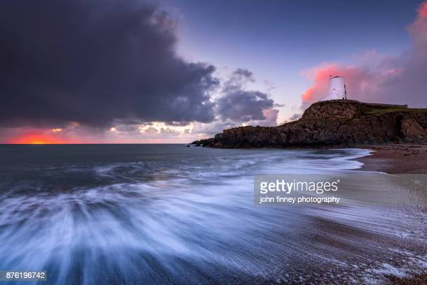 tŵr mawr lighthouse, anglesey, wales, uk - menai straits stock pictures, royalty-free photos & images