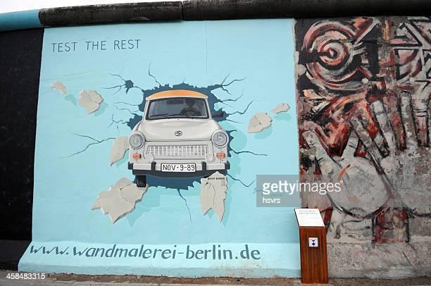 trabant pintura em muro de berlim na east side gallery - east - fotografias e filmes do acervo