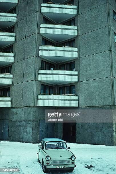 PKW `Trabant` vor einem Plattenbau Januar 1991