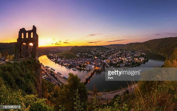 traben-trarbach panorama at sunset (rhineland-palatinate, germany) - moselle stock-fotos und bilder