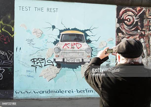 Trabi durchbricht die Mauer Teil der East Side Gallery Berliner Mauer