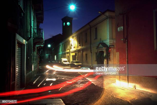 Traces de phares de voitures de nuit dans une rue d'Alexandrie en juillet 1999 Italie