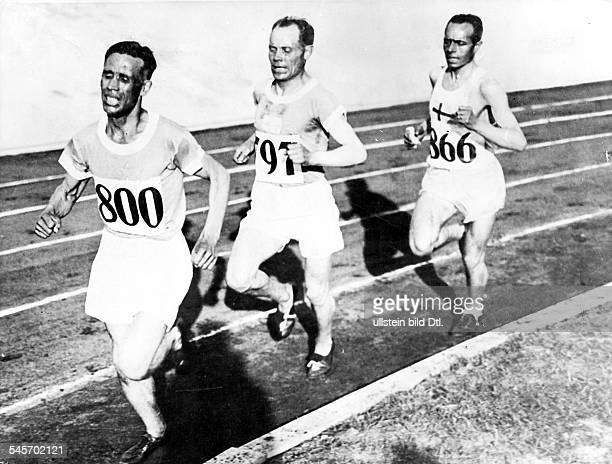 Track and field athletics, 10000 metres long-distance run:Finnish runners Ville Ritola and Paavo Nurmi are in the lead, third is Edvin Wide