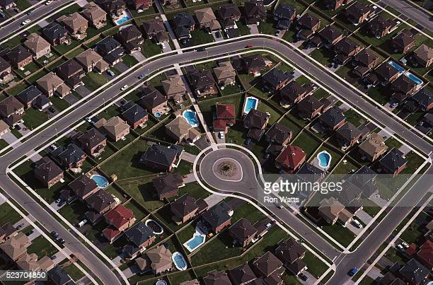 tract housing in suburb - cul de sac stock pictures, royalty-free photos & images