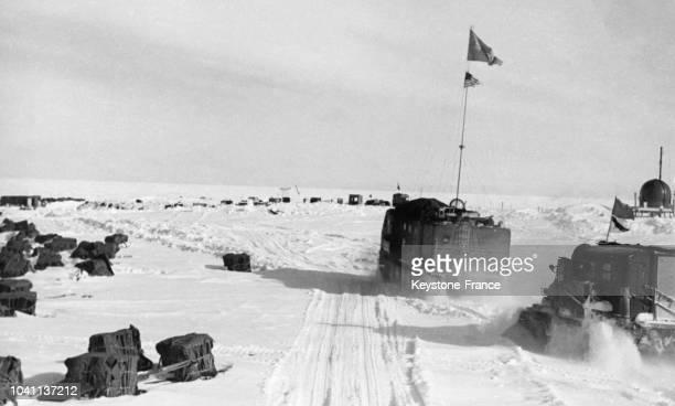 Tracteurs russes en route pour la base américaine antarctique AmundsenScott en Antarctique en avril 1960