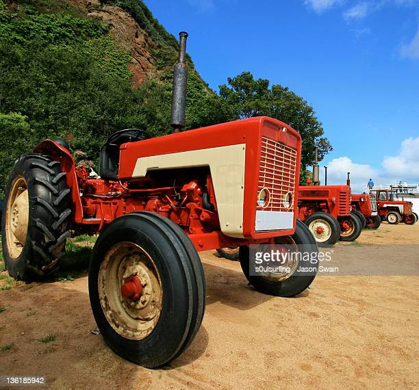 tractor on sand - s0ulsurfing photos et images de collection