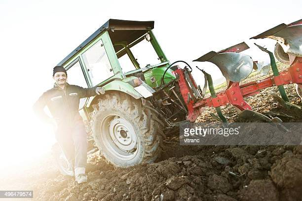 Trator ploughing no campo