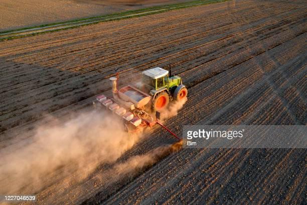 tractor sembrado de trigo, vista aérea - sequía fotografías e imágenes de stock