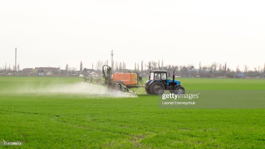 Traktor med en sprayanordning för fint spridda gödsel medel. : Bildbanksbilder