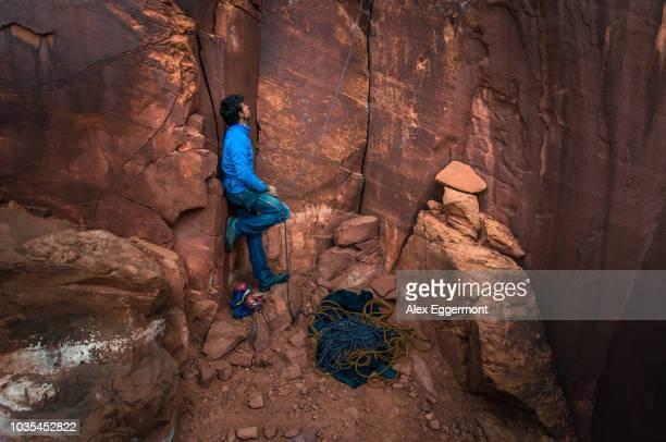 trad climbing, indian creek, moab, utah, usa - sandstein stock-fotos und bilder