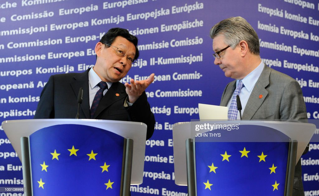 EU Trade commissioner Karel De Gucht (R) and China's Minister of Commerce Chen Deming (L) give a joint press conference after their meeting at the EU headquarters in Brussels on May 21, 2010.