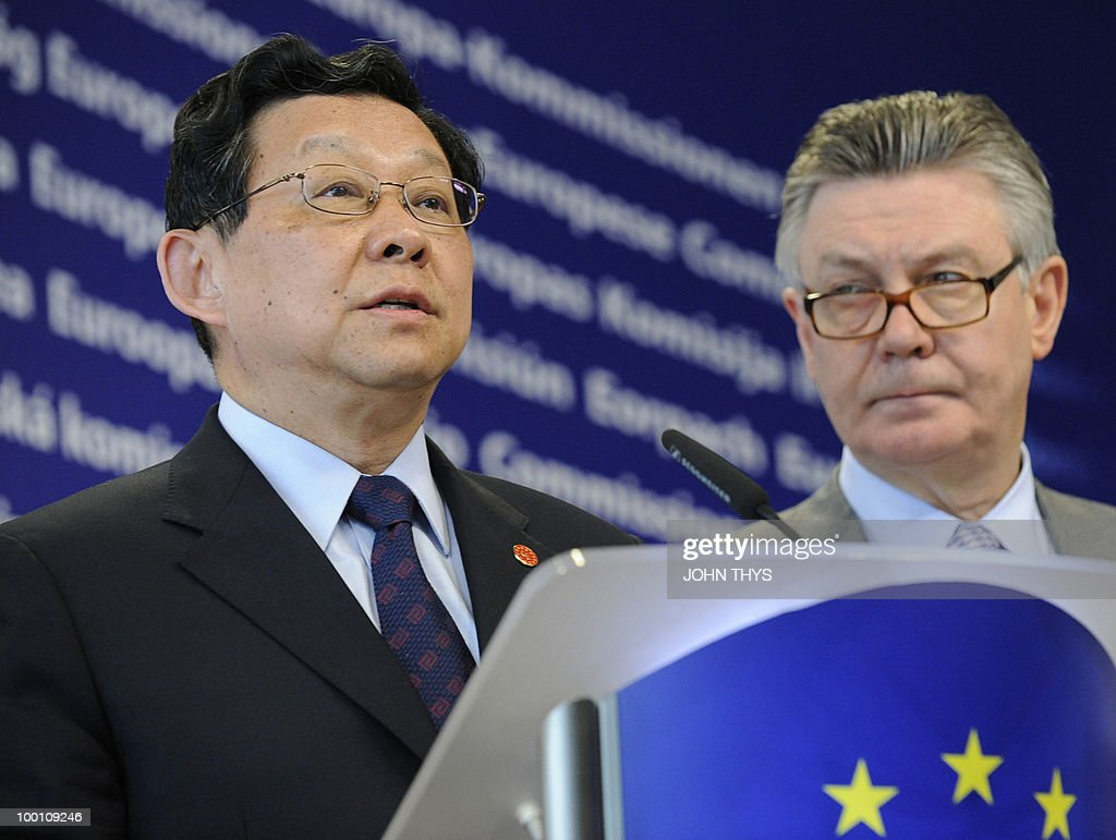 EU Trade commissioner Karel De Gucht (R) and China's Minister of Commerce Chen Deming give a joint press conference after their meeting at the EU headquarters in Brussels on May 21, 2010.