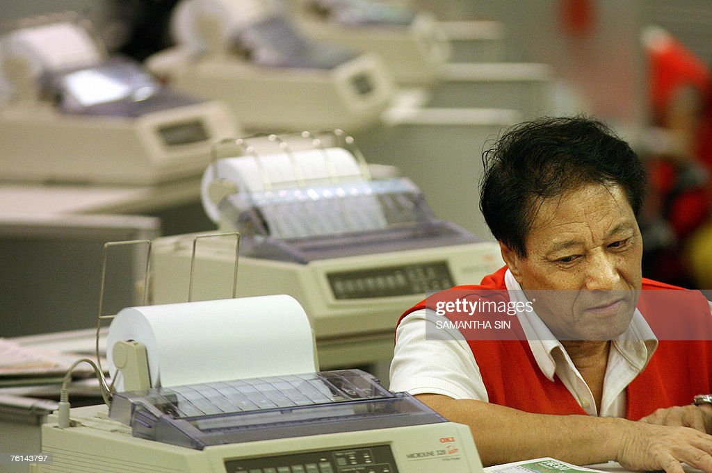 A trader at the Hong Kong Stock Exchange : Nachrichtenfoto
