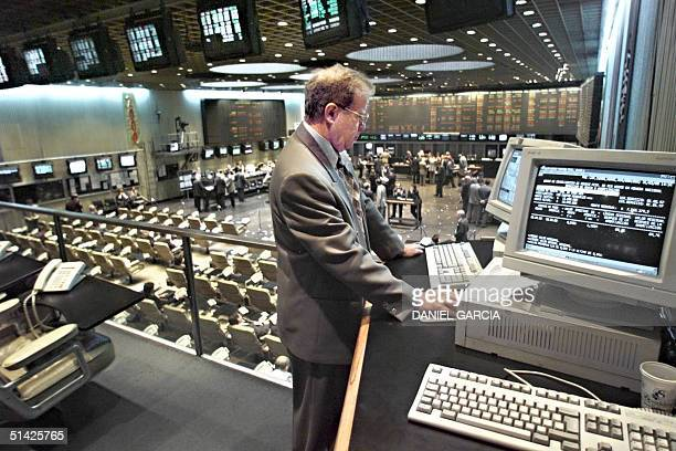A trader looks at a computer monitor at Argentine Stock Exchange 31 March 2000 in Buenos Aires Argentine Poca actividad se registra en la Bolsa...