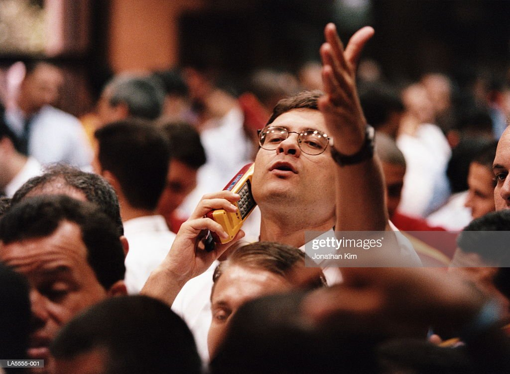 Trader using mobile phone, shouting and gesticulating on trading floor : Stock-Foto