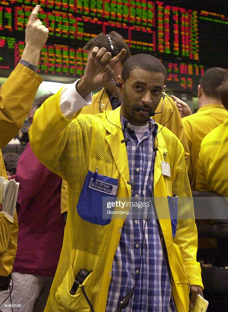 A trader work in the Eurodollar pit of the Chicago Mercantil : News Photo
