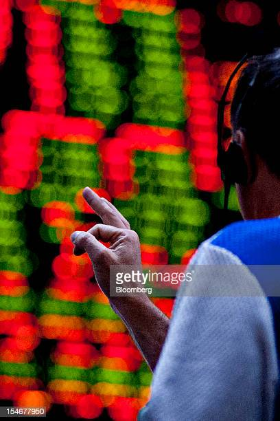 A trader works in the tenyear US Treasury Note options pit at the Chicago Board of Trade in Chicago Illinois US on Wednesday Oct 24 2012 The Federal...