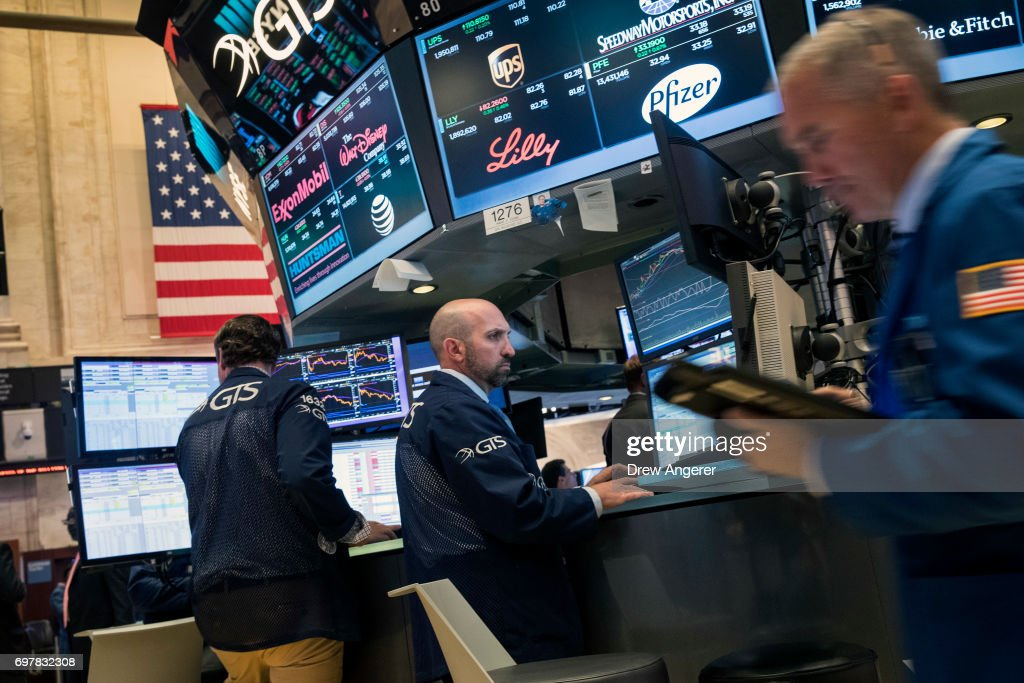 Dow Jumps Over 100 Points As Technology Shares See Continued Increase : News Photo