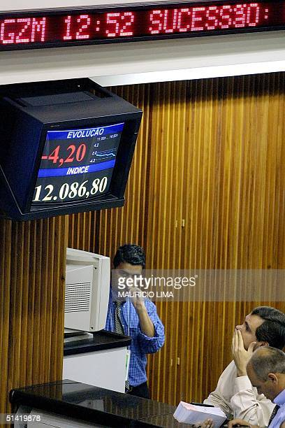 Traders are seen in action at the Sao Paulo stock exchange in Brazil 09 May 2002 Operadores de la Bolsa de Valores de Sao Paulo acompaan el bajo...