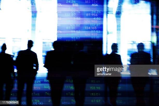 取引画面データを持つ金融街のトレーダー。 - 金融関係の職業 ストックフォトと画像