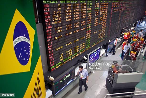 Traders work at the Bolsa de Mercadorias e Futuros Brazilian Mercantile and Futures Exchange in Sao Paulo Brazil on Thursday March 26 2009 Brazilian...