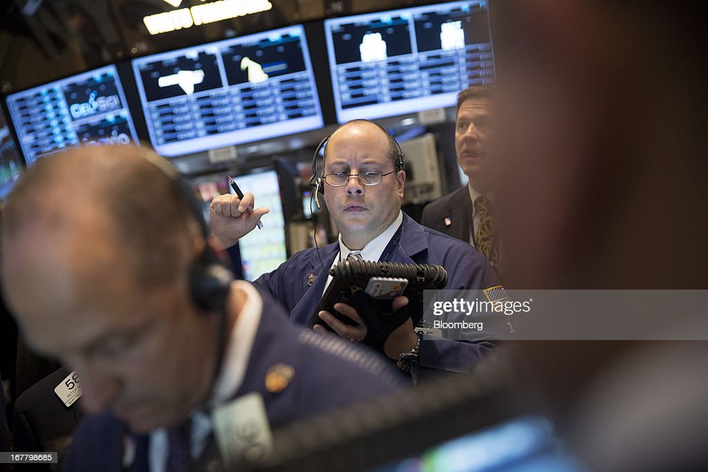 Traders work at the New York Stock Exchange (NYSE) in New York, U.S., on Tuesday, April 30, 2013. U.S. stocks fell as business activity unexpectedly shrank in April for the first time in more than three years, offsetting a rise in confidence among American consumers. Photographer: Scott Eells/Bloomberg via Getty Images