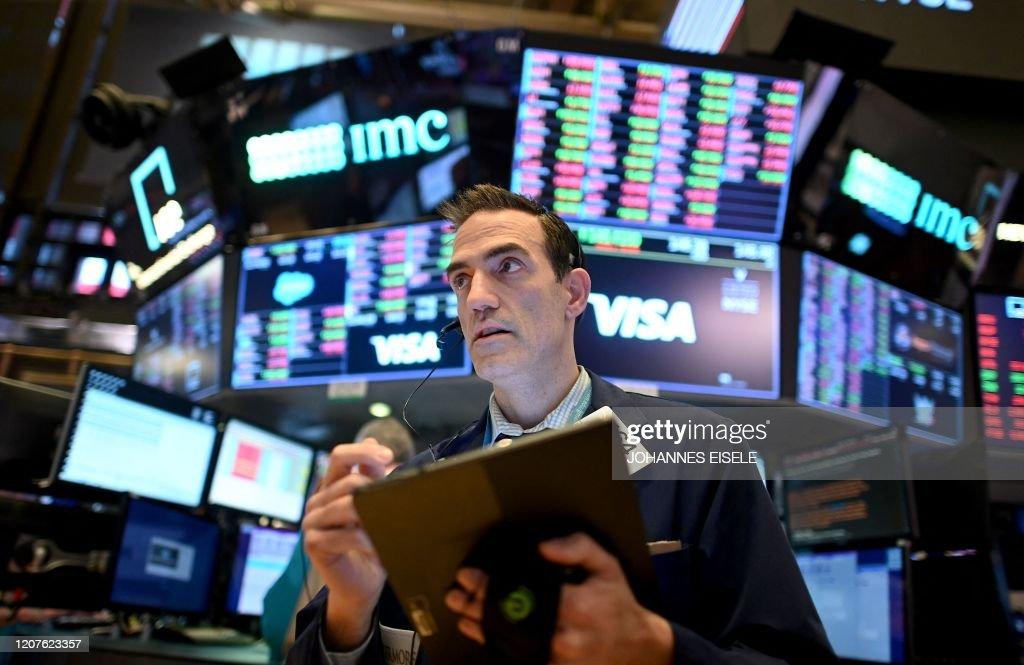 TOPSHOT-US-STOCKS-MARKETS-CLOSING-BELL : News Photo