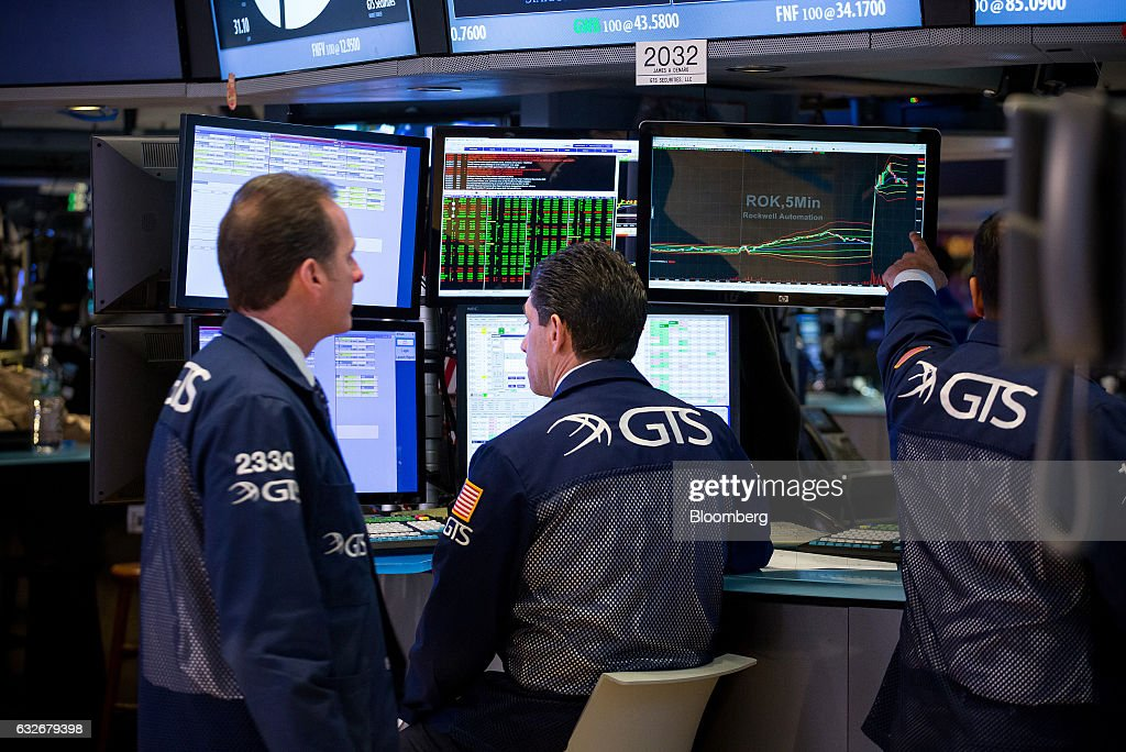 Traders work on the floor of the New York Stock Exchange (NYSE) in New York, U.S., on Wednesday, Jan. 25, 2017. The Dow Jones Industrial Average climbed past 20,000 for the first time as stocks around the world extended a rally after corporate earnings reignited investors' optimism in economic growth. Bonds sold off with oil. Photographer: Michael Nagle/Bloomberg via Getty Images