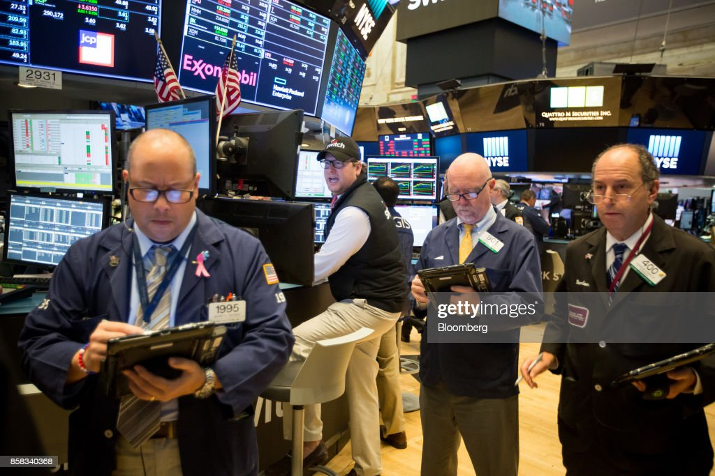 Traders work on the floor of the New York Stock Exchange (NYSE) in New York, U.S., on Friday, Oct. 6, 2017. U.S. stocks edged lower while the dollar rose with Treasury yields after American payrolls contracted for the first time since 2010 and hourly wages spiked higher. Photographer: Michael Nagle/Bloomberg via Getty Images