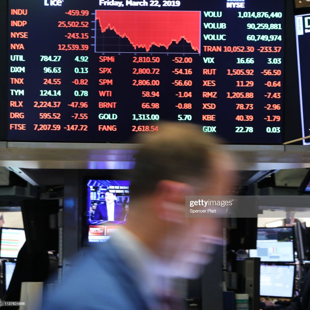 Dow Jones Industrial Average Drops Over 400 Points : News Photo
