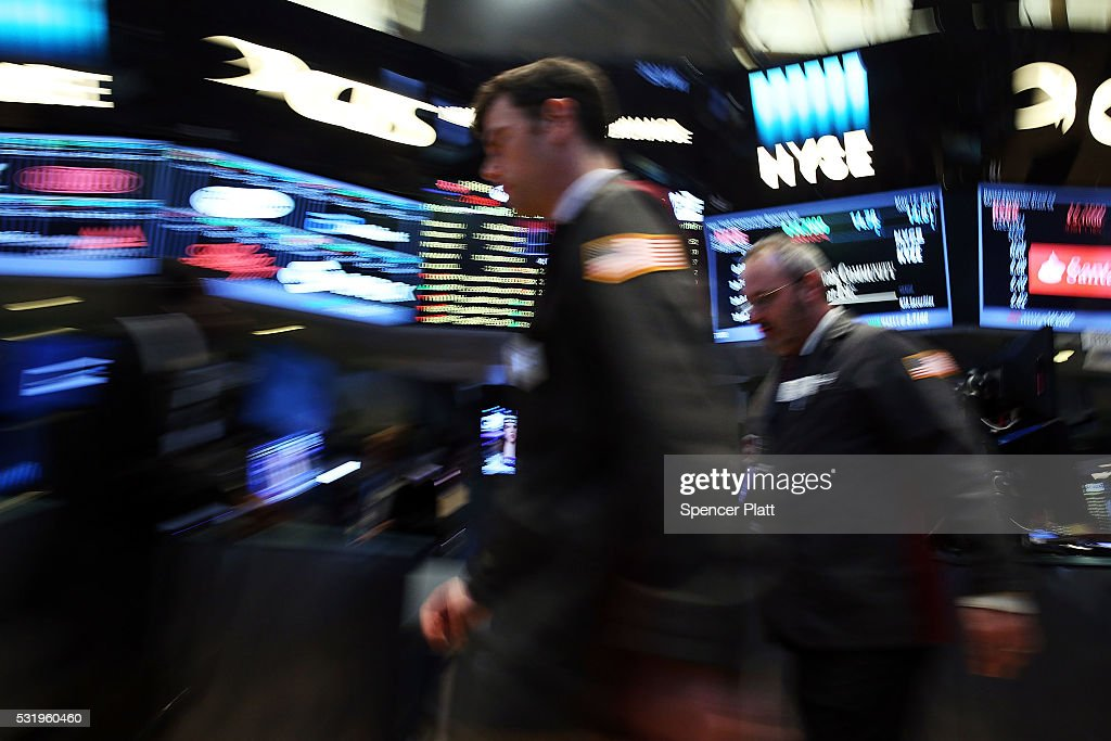 Stocks Fall Sharply On Wall Street As Investors Predict Interest Rate Increase Later In Year : News Photo