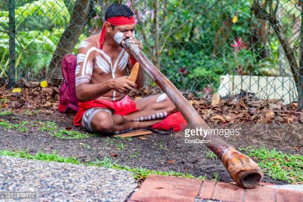 オーストラリア、ケアンズのキュランダ鉄道のキュランダ駅にある伝統的な先住民ディジェリドゥー器具。 - クランダ ストックフォトと画像