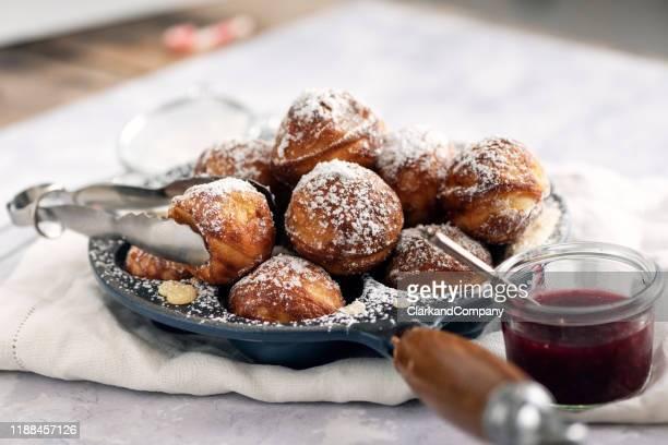 pancake di mele tradizionali o aebleskiver in danese. - cultura danese foto e immagini stock