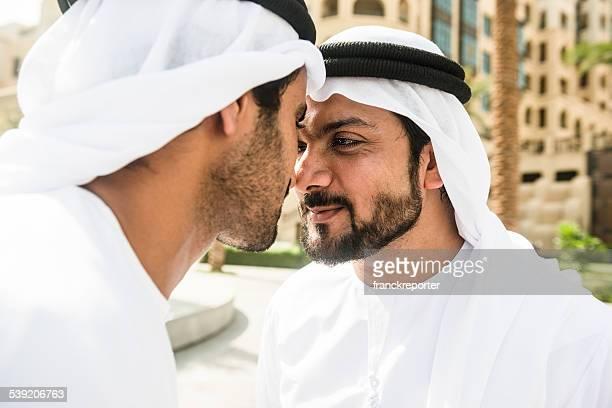 伝統的なアラビアグリーティングス sheiks 2 つの