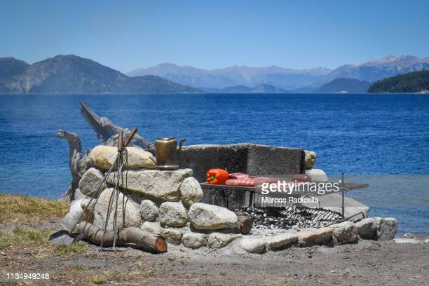 "traditional ""asado"" by a patagonian lake - radicella stock-fotos und bilder"