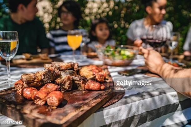 refeição tradicional do meio-dia de asado para a família argentina - argentina - fotografias e filmes do acervo