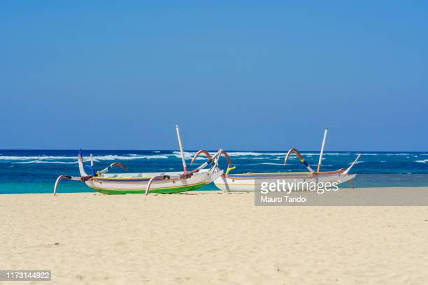 traditional balinese jukung fishing boats on nusa dua beach, bali - mauro tandoi stock pictures, royalty-free photos & images