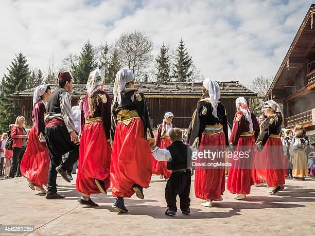 traditionelle balkan dance - bosnien und herzegowina stock-fotos und bilder